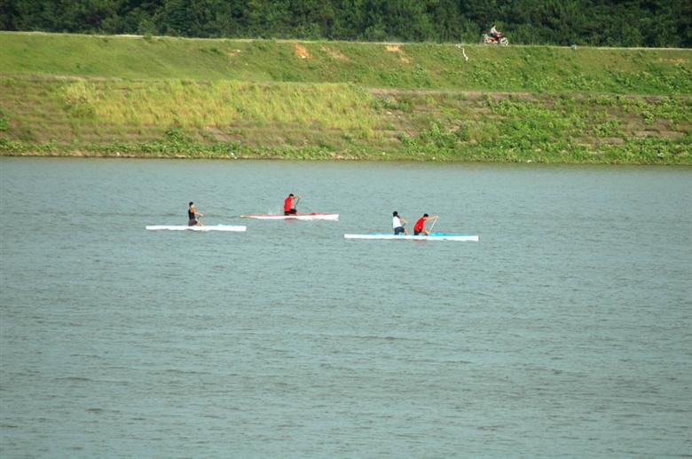 美丽的赤马湖,湖面积达3200多亩,南北通视长2400米,最大库容量1960万立方米,常年水位在935米,得天独厚的天然条件很适于发展体育旅游,是以已被定位为长沙市水上运动训练基地进行建设开发,基础设施完备。2001年8月,全省青少年赛艇、皮划艇赛就在此顺利举行,影响极大,而且规模更大的2003年全国第五届城市运动会水上项目也将在此进行。体育训练基地的建立,带动了体育旅游的发展,赤马湖水上娱乐中心就是一处集体育健身、休闲、观光、旅游为一体的现代旅游休闲中心。中心设有摩托艇、滑水板、自划情侣艇、花样水上快艇